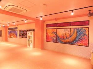 ダンスタ3スタジオ画像 鏡の向いには、煌びやかなガラスブロックと太陽と月をイメージした画!!